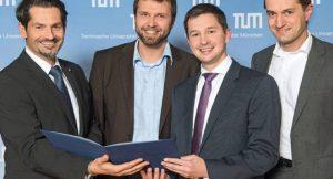 Prof. Thomas Hofmann gratuliert den Gründern Andreas Schuster, Andreas Sichert und Richard Aumann ©Heddergott/TUM