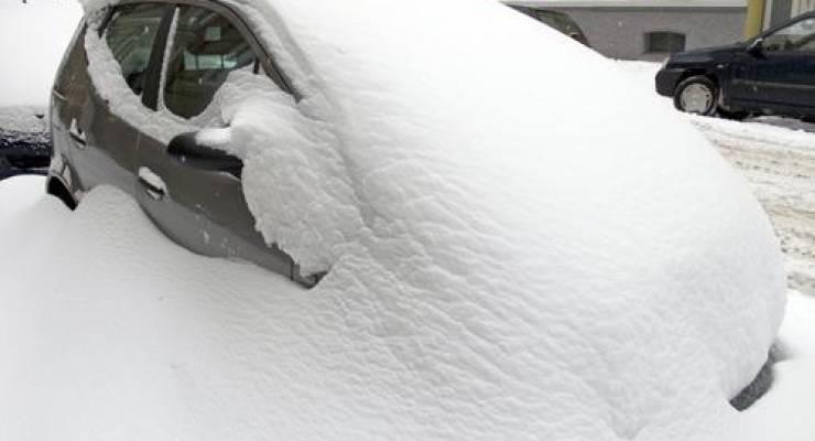 Auto versinkt im Schnee; Foto: shutterstock