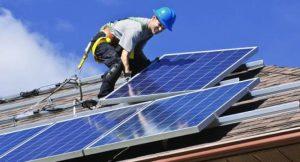 Installation einer Solaranlage; Foto: shutterstock