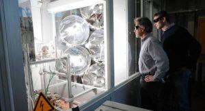 Doktorand Philipp Furler und Professor Aldo Steinfeld verfolgen ein Experiment mit ihrem solaren thermochemischen Reaktor zur Treibstoffgewinnung aus Wasser und CO2 am Hochfluss-Solarsimulator der ETH Zürich; Foto: Peter Rüegg / ETH Zürich