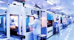 Produktion in einer Silizium-Solarzellenfabrik; Foto shutterstock