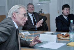 Wilfried Fischer, General Manager und Repräsentant der IEEE-SA, dahinter Alois Wichtelhuber, Entelios und Professor Dr. Carl B. Welker, Leiter des Institut für Informationswirtschaft - IIW