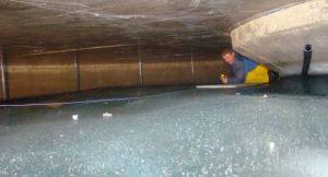 Messarbeiten im Inneren eines Eispeichers zum Ende einer Heizperiode. Der hier gezeigte Eisspeicher hat ein Volumen von mehr 900.000 Litern; Foto: © 2011 isocal HeizKühlsysteme GmbH