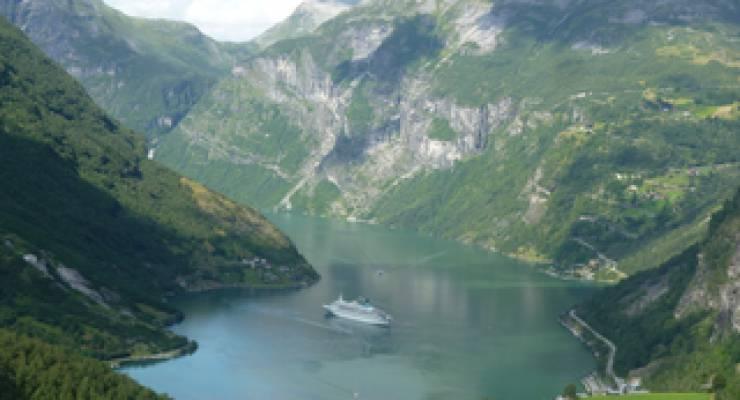 Fjord in Norwegen; Foto: NinaObbelode (aboutpixel)