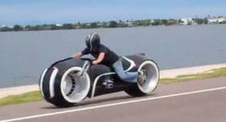 Foto: You Tube Screenshot, New Full Scale Electric Tron Lightcycle Parker Brothers Choppers