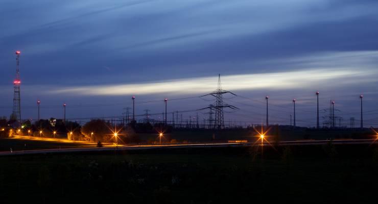 380 kV-Leitung und Windräder, Nachtaufnahme westlich von Berlin an der Autobahn A10; Quelle: 50 Hertz