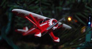 Weihnachtsbaum mit Miniatur-Flugzeug