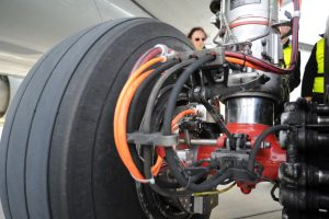 Elektromotoren in das Hauptfahrwerk eines Verkehrsflugzeugs installiert; Bild: Lufthansa Technik
