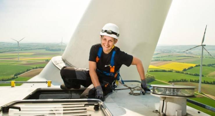 Windkraft Simonsfeld AG, Windpark Kreuzstetten, Wartungsarbeiten an der Flugbefeuerung am Dach der Gondel (105m), Servicetechnikerin für Windkraftanlagen