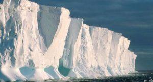 Abbrechen von Eisbergen als typische Folgeerscheinung schmelzender Schelfeise