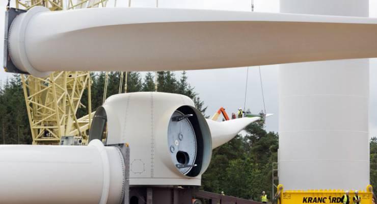 Installation des neuen 154-Meter-Rotors an der 6-Megawatt-Offshore-Windenergieanlage im dänischen Østerild.