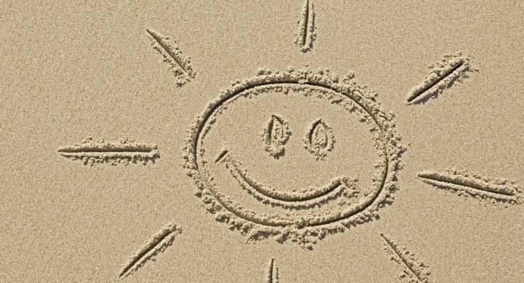 Lachende Sonne im Sand