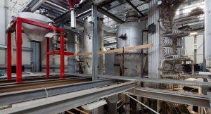 In ihrer Versuchsanlage zur Abscheidung von CO2 haben Wissenschaftler der TU Darmstadt das Carbonate-Looping-Verfahren erfolgreich erforscht. Beim Carbonate-Looping-Verfahren wird natürlich vorkommender Kalkstein genutzt, um das CO2 zunächst in einem ersten Reaktor aus dem Abgasstrom des Kraftwerks zu binden. In einem zweiten Reaktor wird das reine Kohlendioxid wieder freigesetzt und kann anschließend weiterverarbeitet oder gespeichert werden.