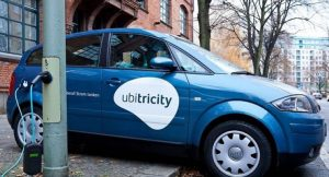 Ladepunkte von ubitricity können nahezu überall integriert werden – auch in Mastklappen der Straßenbeleuchtung (hier beispielhaft ohne Anschluss an die Spannungsversorgung)