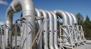 Dampfleitungen eines Geothermiekraftwerks