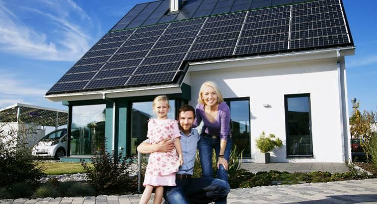 Familie mit Solarhaus
