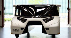 Niederländische Studenten haben ein Energie-positives Solarauto mit einer Reichweite von 1000 Kilometern entwickelt.