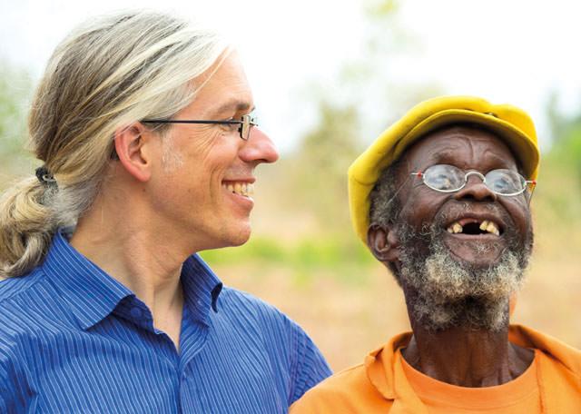 EinDollarBrille Martin Aufmuth in Malawi mit neuen Augen copyright Wolfgang Cüppers cmyk
