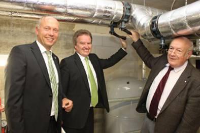 Inbetriebnahme des ersten Bauabschnitts des Nahwärmenetzes; l. BM Thomas Knödler, Mitte Umweltminister Untersteller, r. Nahwärmekunde Dieter Bruckinger.