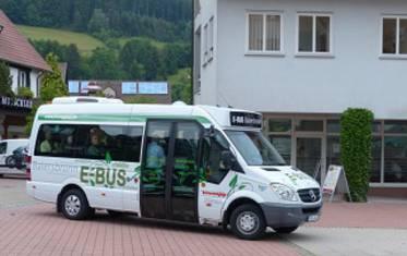 Der E-Kleinbus in Baiersbronn kommt gut an und schafft auch vollbeladen problemlos Steigungen bis zu 20 Prozent.
