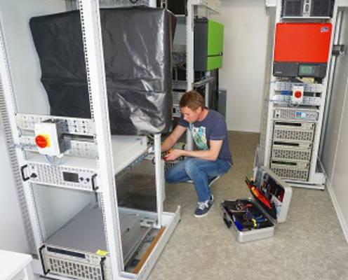 Aufbau der Teststände am KIT, mit denen die Sicherheit, Qualität und Netzdienlichkeit von Heimspeichern für Strom aus Photovoltaikanlagen analysiert wird.