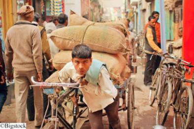 Ein junger Mann mit einem Lastenrad