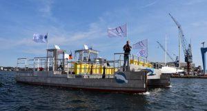 Die SEEKUH, das erste zertifizierte Forschungs- und Müllsammelschiff, sticht in See © Frank Brodmerkel / OEOO