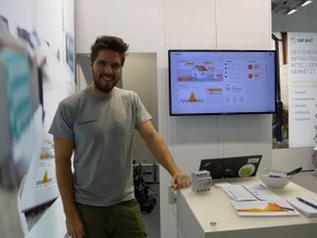 Dominik Gluba erklärt die Energy Base (rechts).