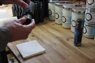 Frank Hellmond etikettierteine Flasche Leinöl in seiner Ölmühle in Ravensburg