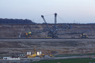 Kohleausstieg und Klimaschützer: BUND und NABU für Kohlausstieg in Braunkohletagebau bei Hambach.