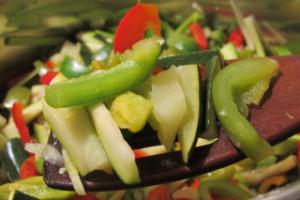 Energie sparen beim Kochen - Holzschaber mit Gemüse