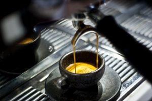 Kaffeegenuss in Tasse aus Kaffee