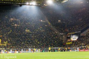 ein Fan des Fußballvereins Borussia Dortmund sammelt in einer Petition Unterschriften zum Wechsel auf Mehrwegbecher
