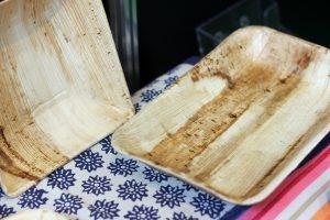 Ein Teller aus einem Palmblatt