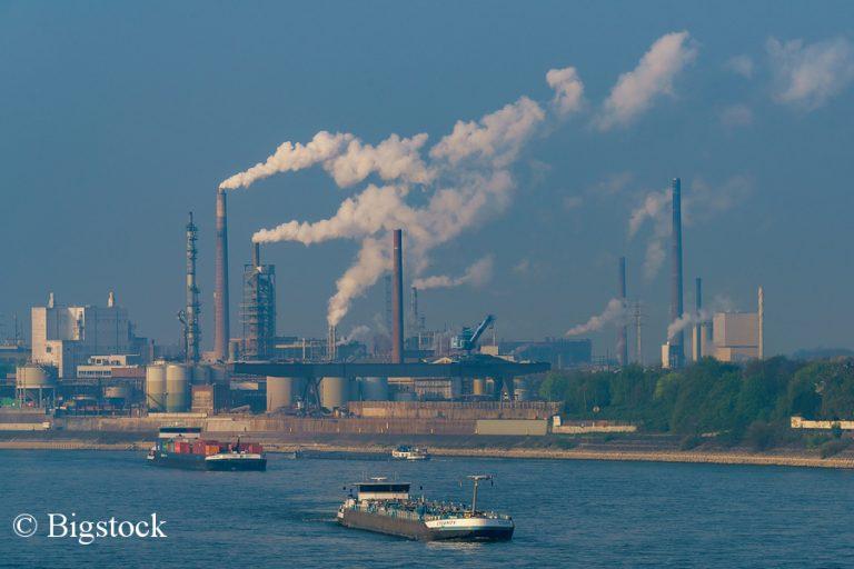 """""""Rette unser Wasser"""": Wie hier bei Duisburg leiden deutsche Gewässer massiv unter der Industrie."""