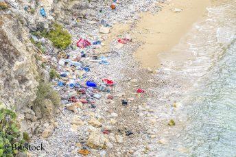 Wie hier auf Ibiza häuft sich an europäischen Stränden das Einwegplastik.