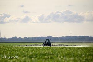 Noch immer gelangt zu viel Nitrat durch Dünger in unser Grundwasser. Jetzt klagt die DUH für sauberes Wasser.