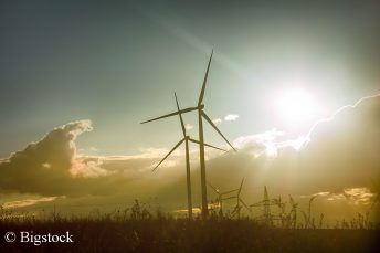 Durch Netzmodernisierung und den Zubau von Photovoltaik- sowie Windkraftanlagen lassen sch 65 Prozent Erneuerbare bis 2030 leicht realisieren.