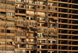 Klimaanlagen an einem Wohnhaus in Kairo, Ägypten